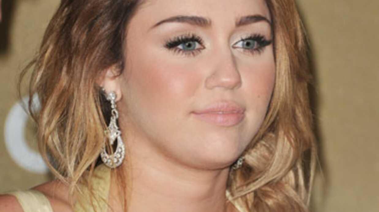 Miley Cyrus nie s'être fait refaire les seins