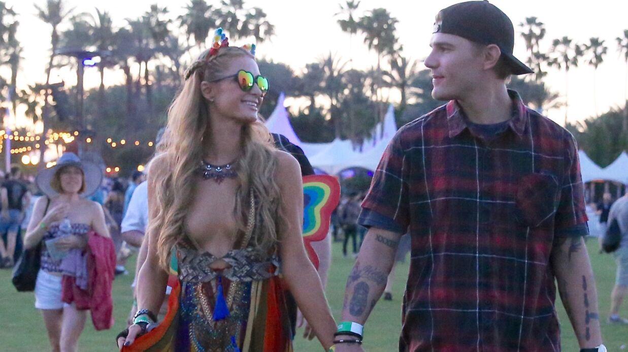 PHOTOS Paris Hilton: amoureuse et ultra décolletée à Coachella
