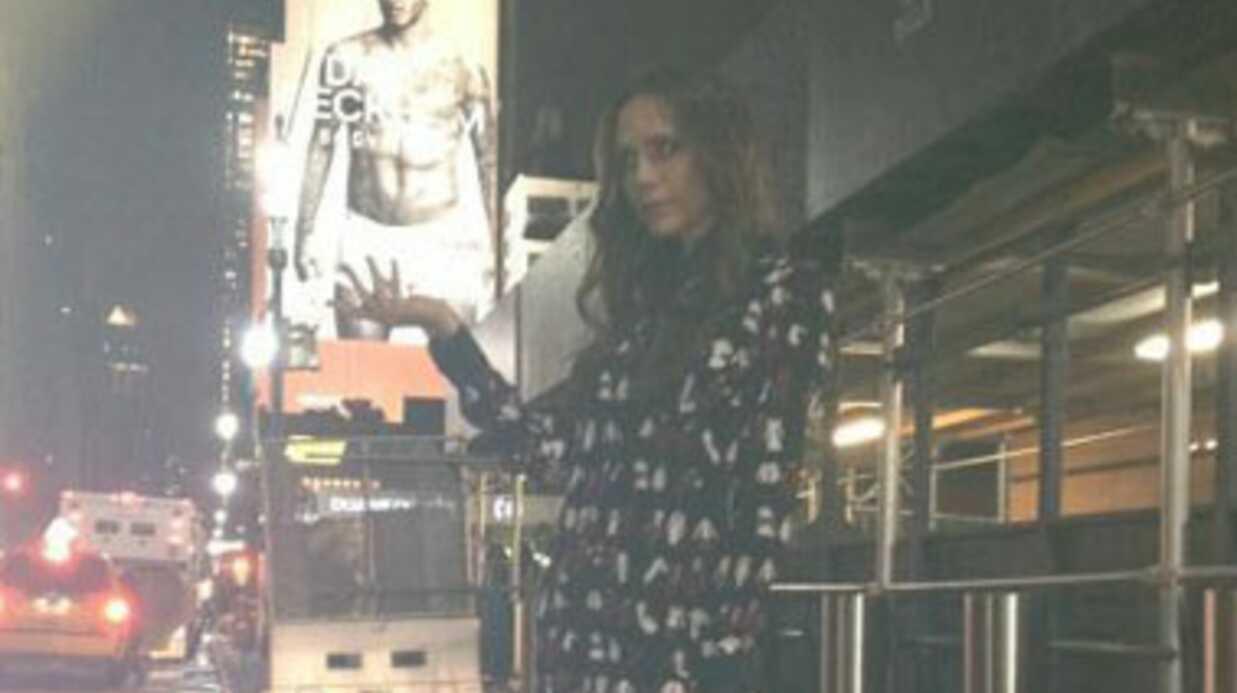 PHOTO Victoria Beckham s'amuse avec les attributs de son mari