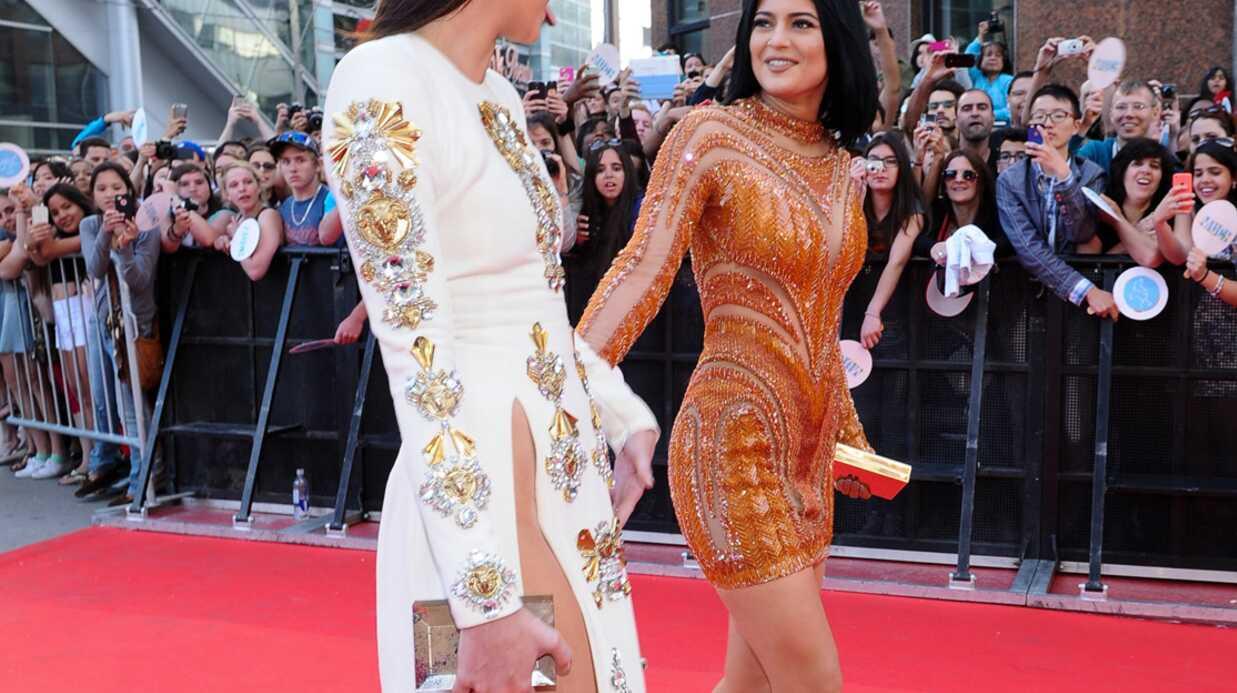 PHOTOS Le look raté du jour: la robe beaucoup trop fendue de Kendall Jenner