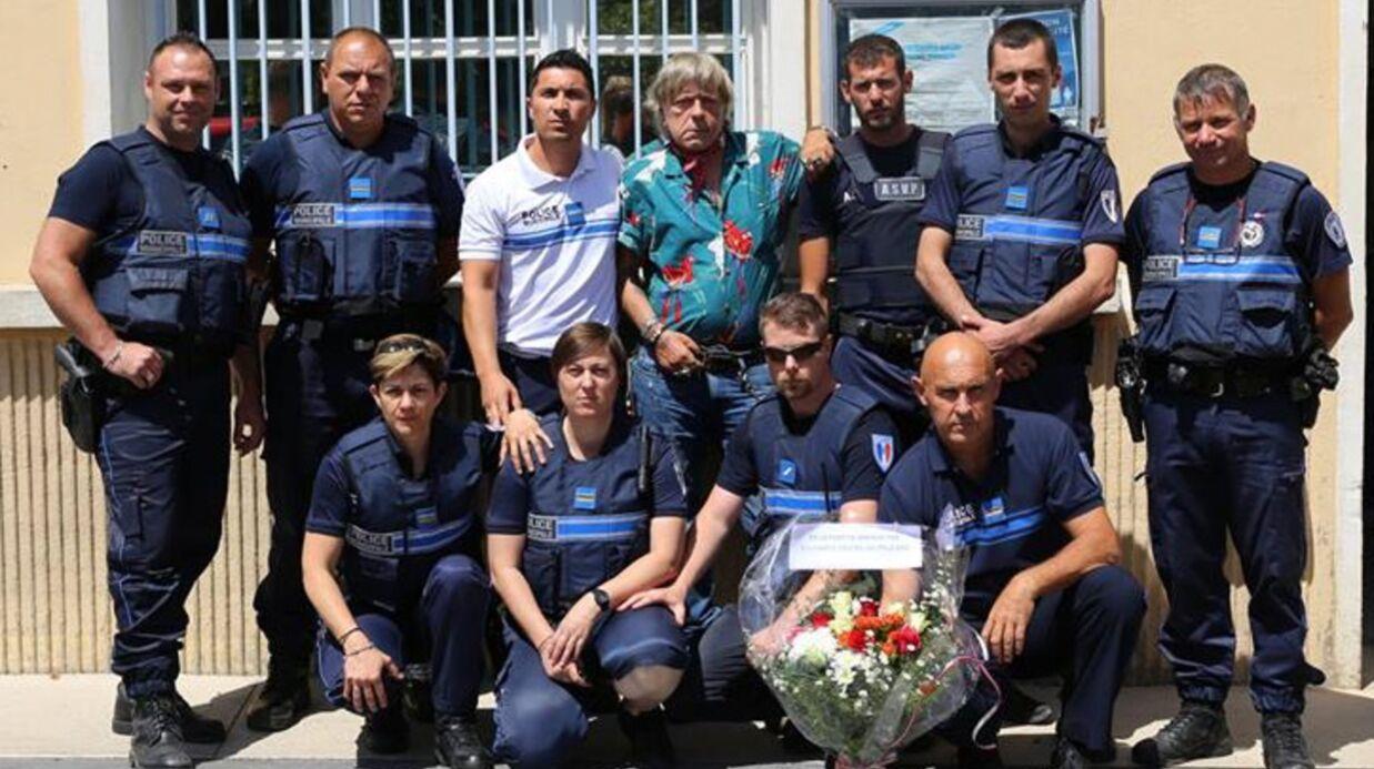 PHOTO Renaud offre un bouquet de fleurs à des policiers en hommage aux deux victimes de Magnanville