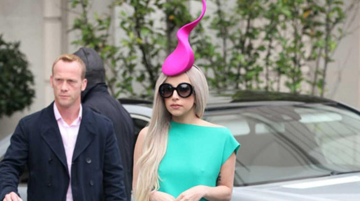 LOOK Lady Gaga en robe bicolore et chapeau spermatozoide
