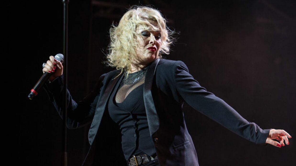 VIDEO Ivre, Kim Wilde improvise un concert dans un train