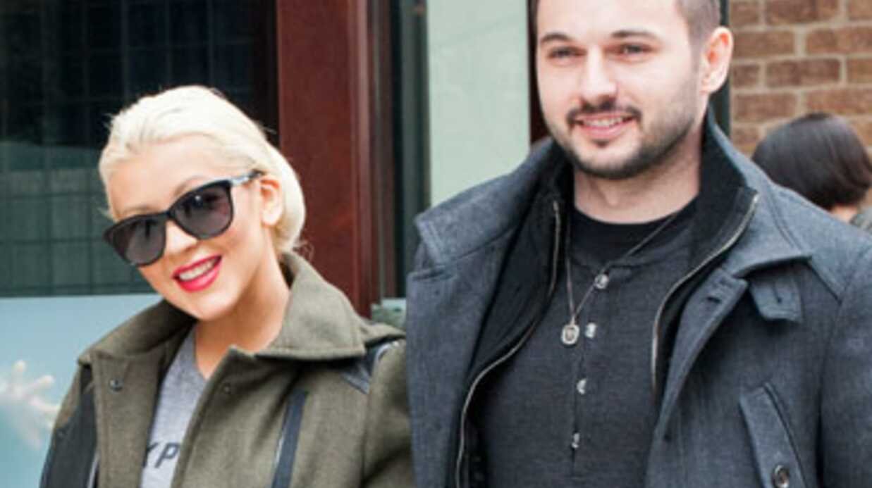 Christina Aguilera pose avec son baby bump et son fiancé