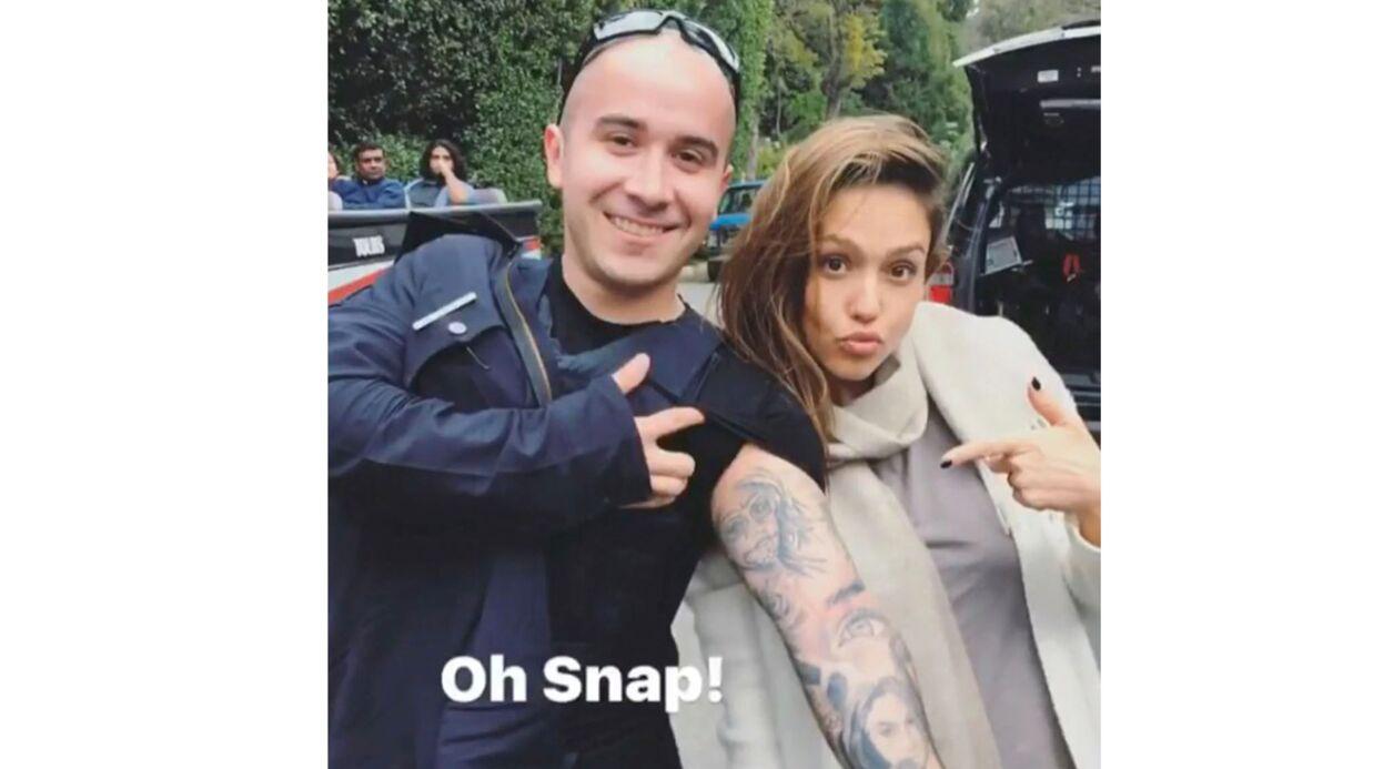 VIDEO Jessica Alba découvre le tatouage d'elle qu'un fan/policier s'est fait, sa réaction est top