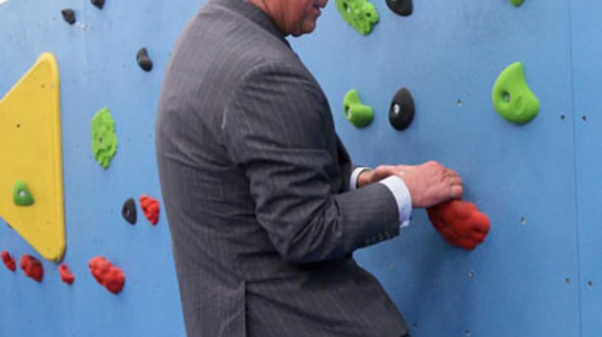 PHOTOS Le prince Charles escalade un mur en costume