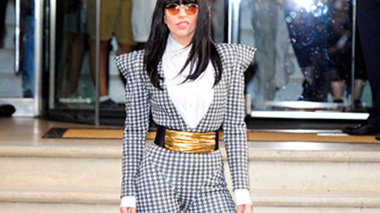 Lady Gaga signe une pochette de ses fesses