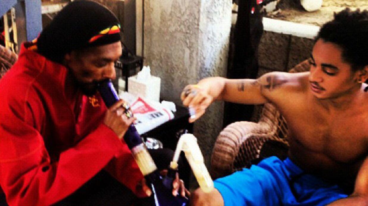 Snoop Dogg fume de l'herbe avec son fils