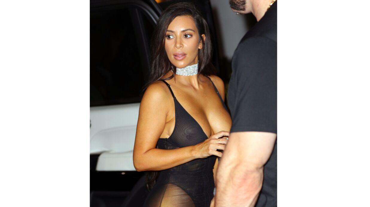 PHOTOS Maxi décolleté, jupe transparente… Kim Kardashian sort à moitié nue
