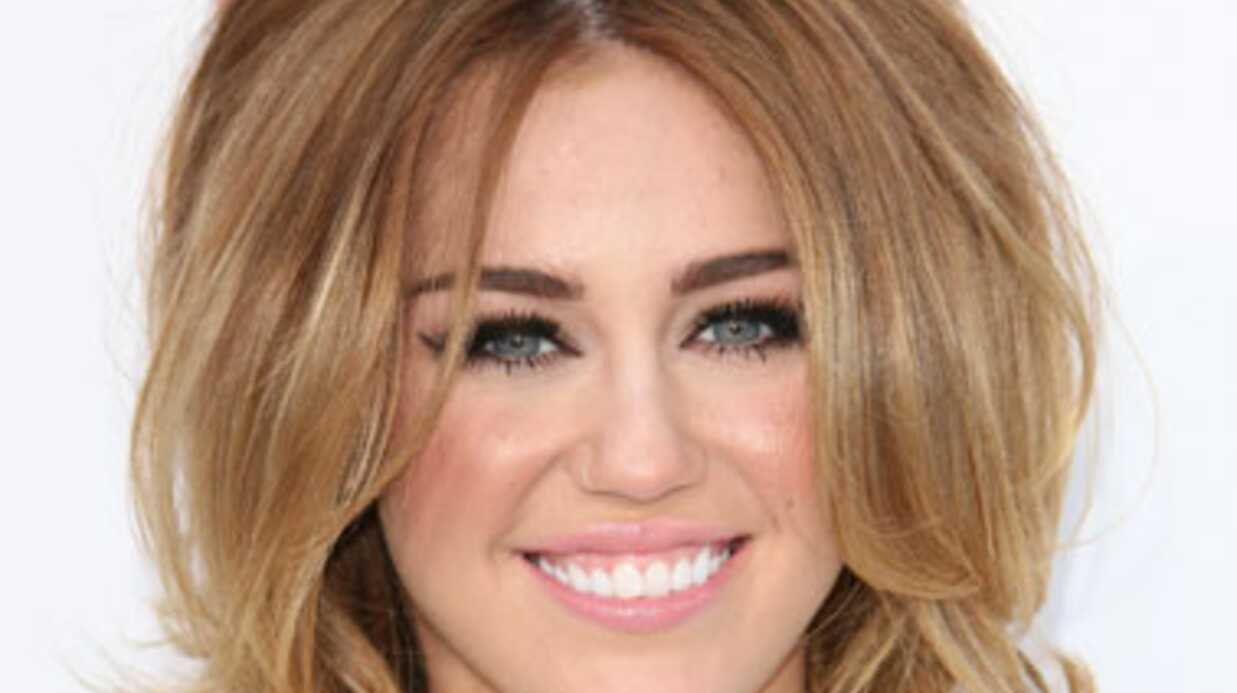 Miley Cyrus très entreprenante avec une stripteaseuse