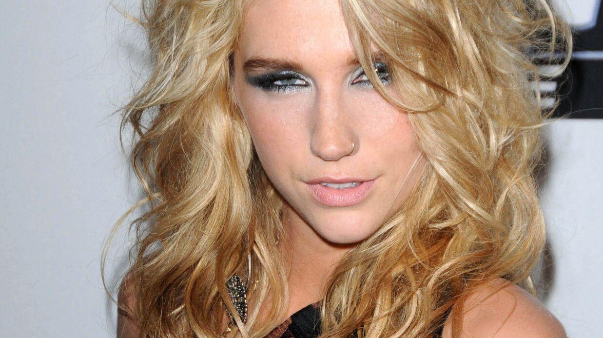 PHOTOS Kesha dans un bikini noir trop petit pour sa poitrine: attention les yeux