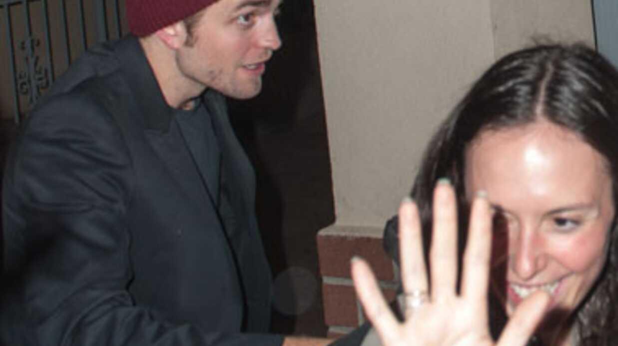 PHOTOS Une amie de Robert Pattinson le cache des photographes en… montrant ses seins