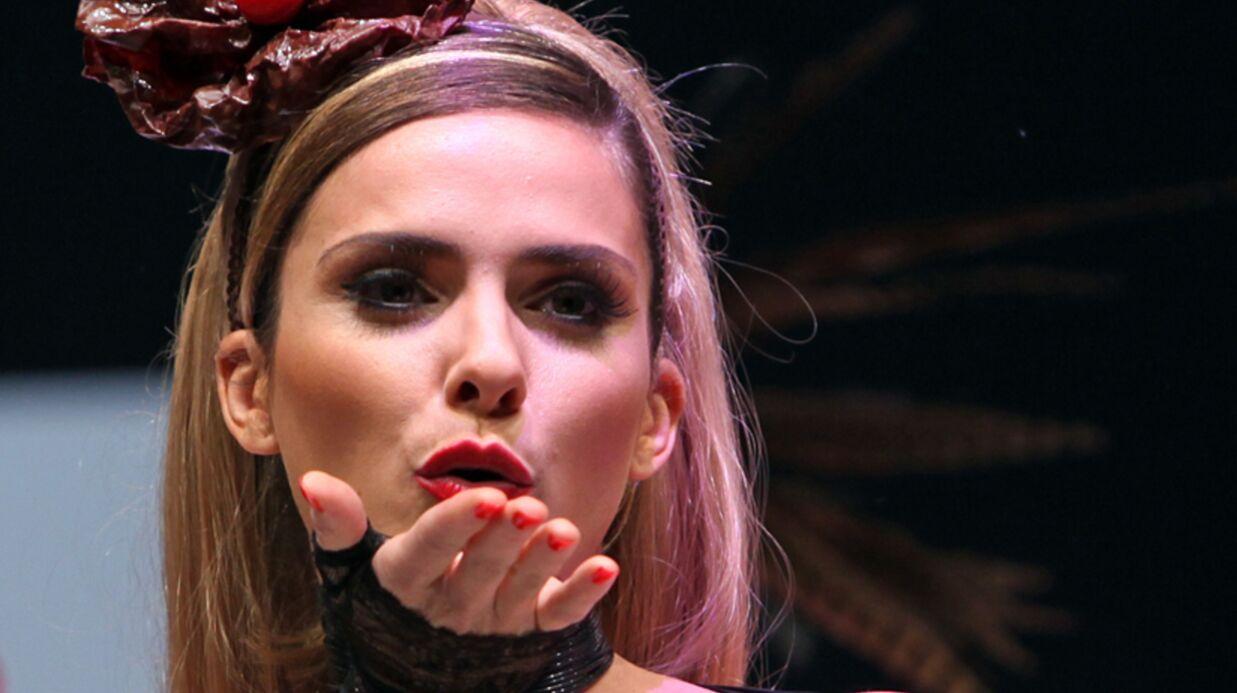 DIAPO Clara Morgane seins nus sur un podium