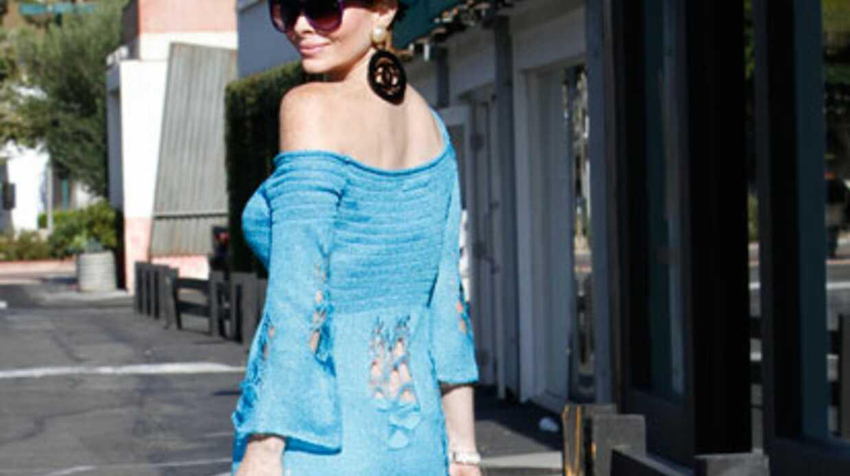 LOOK Phoebe Price: en petite robe bleue à Malibu