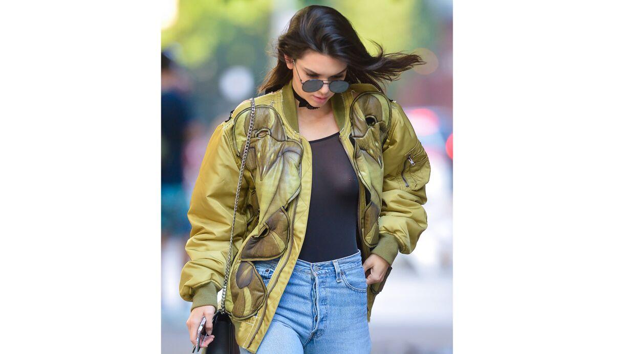 PHOTOS Kendall Jenner exhibe sa poitrine (et son piercing) dans la rue