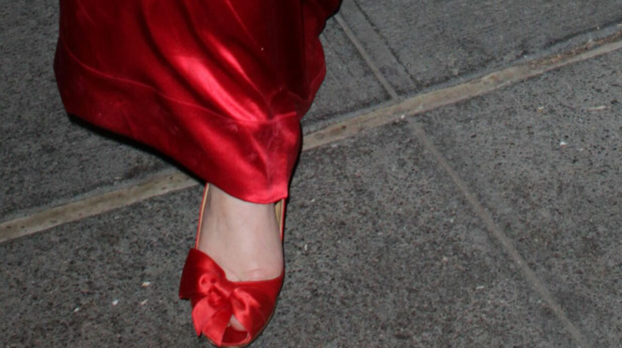 LOOK Court­ney Love destroy en robe rouge à New York
