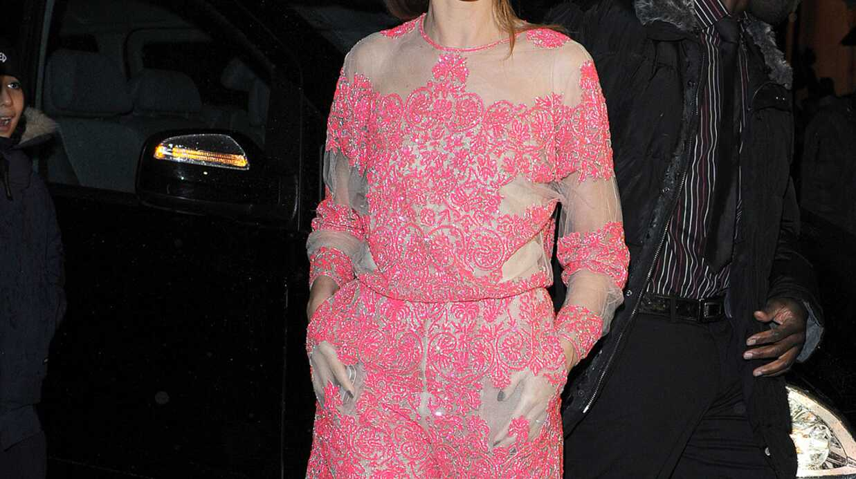 PHOTOS L'étrange tenue de Clotilde Courau au défilé Valentino