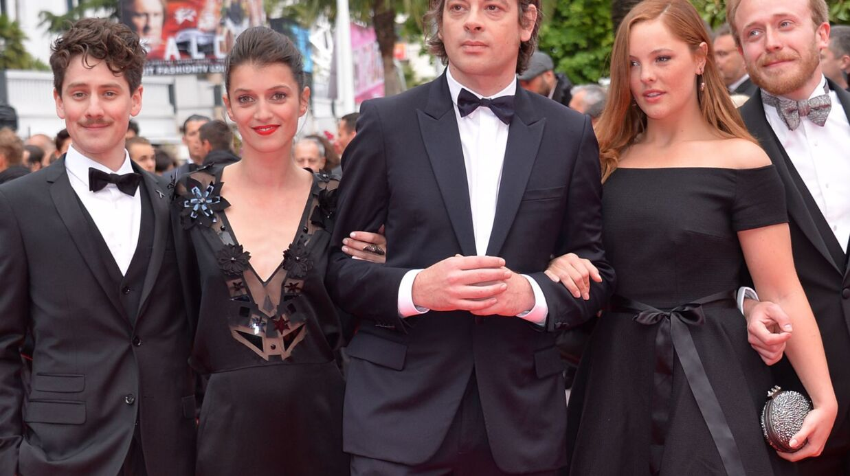 Cannes : Barbara Probst (Camping Para­dis) monte les marches en robe La Redoute