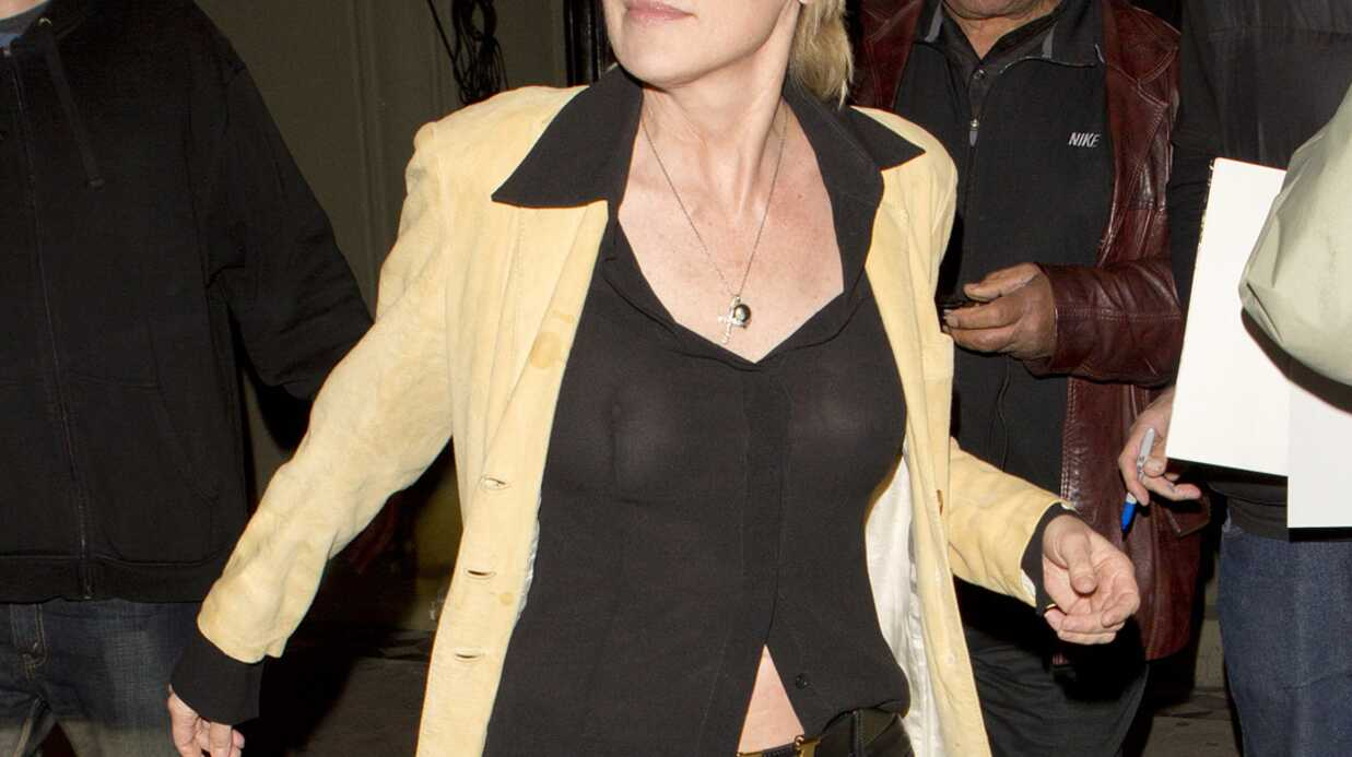 PHOTOS Sharon Stone seins nus dans un restau­rant de Los Angeles