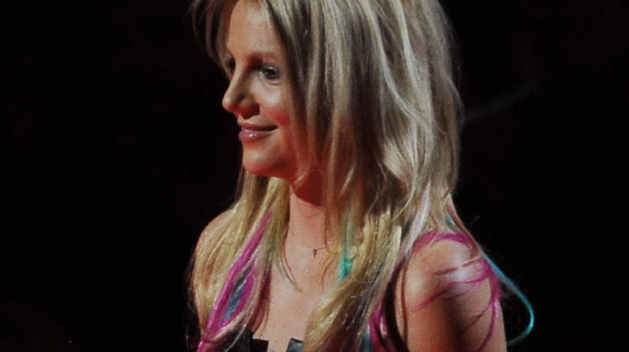 PHOTOS Britney Spears avec des mèches roses et bleues
