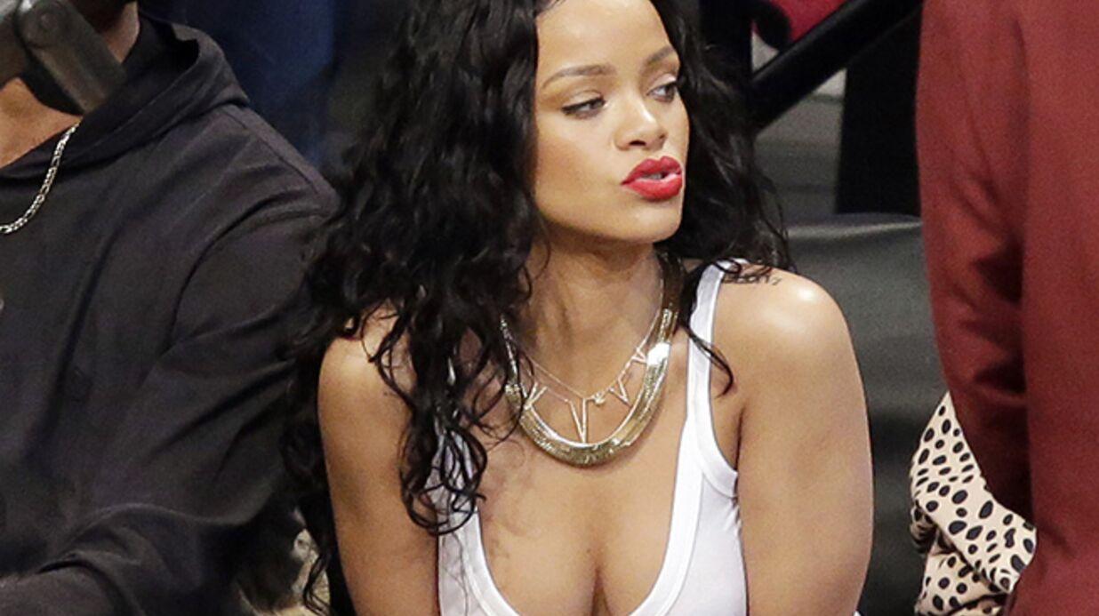 DIAPO Rihanna et son décolleté font le show lors d'un match de basket