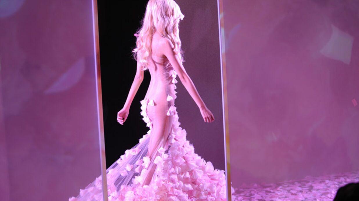 PHOTOS Zahia à moitié nue lors de son défilé de lingerie