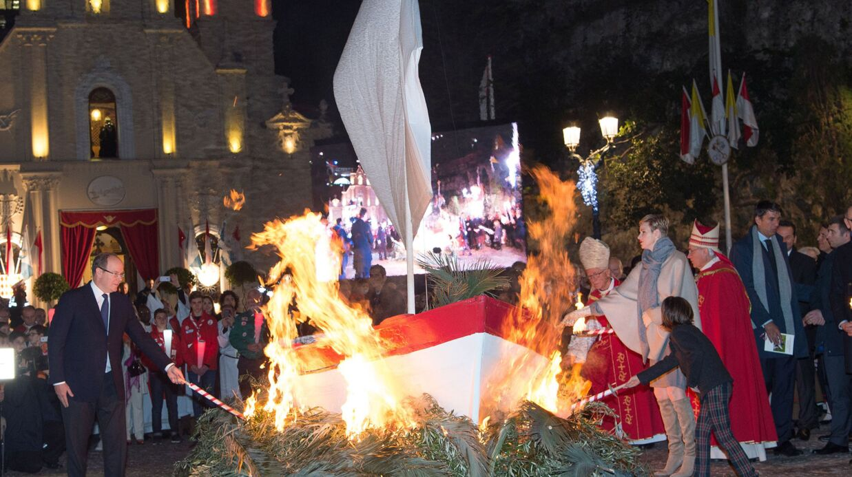PHOTOS Charlène et Albert de Monaco mettent le feu à des bateaux pour une fête religieuse