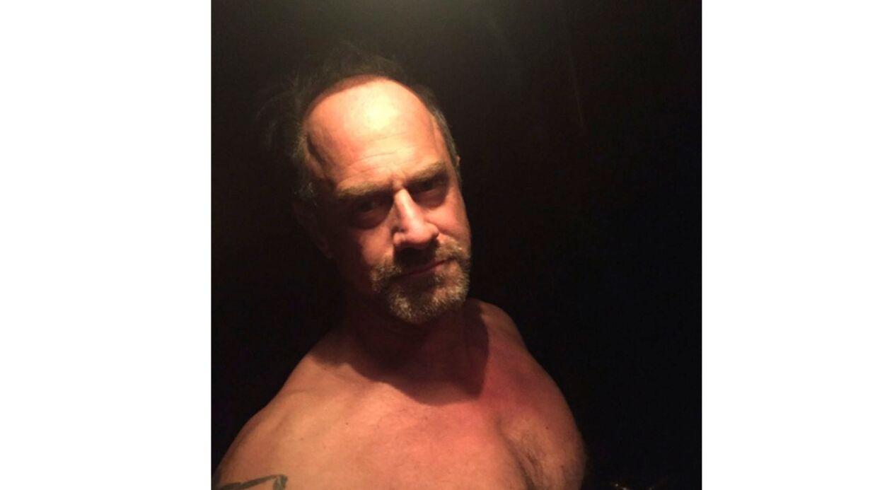 PHOTO Chris Meloni (New York Unité Spéciale) pose à moitié nu pour protester contre Donald Trump