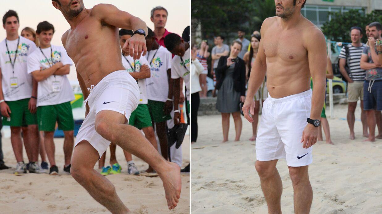 PHOTOS Torse nu, Bixente Lizarazu tâte du ballon sur la plage
