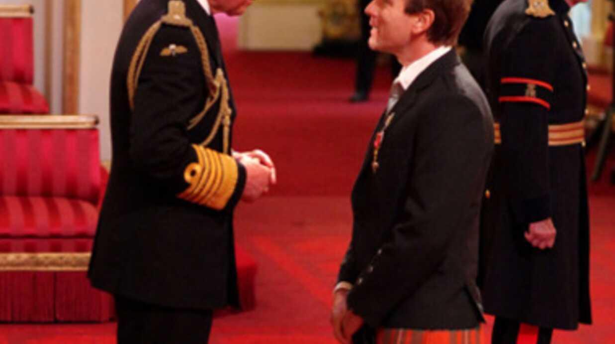 PHOTOS Ewan McGregor en kilt pour être décoré par le prince Charles