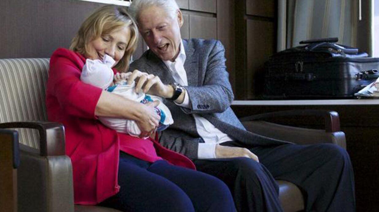 PHOTO Bill et Hillary Clinton déjà gagas de leur petite-fille