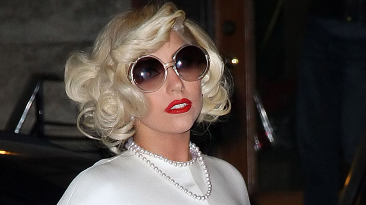 Lady Gaga réinvente la robe en cheveux façon Cousin Machin