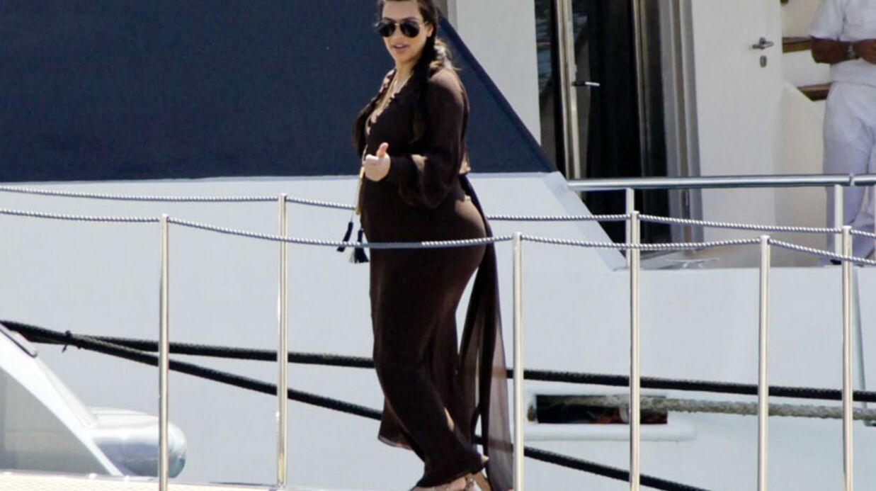 DIAPO Kim Kardashian bronze et travaille en famille à Mykonos