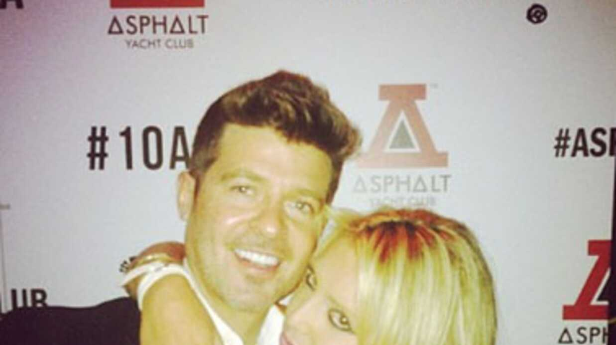 PHOTOS Robin Thicke a la main bala­deuse avec une fan