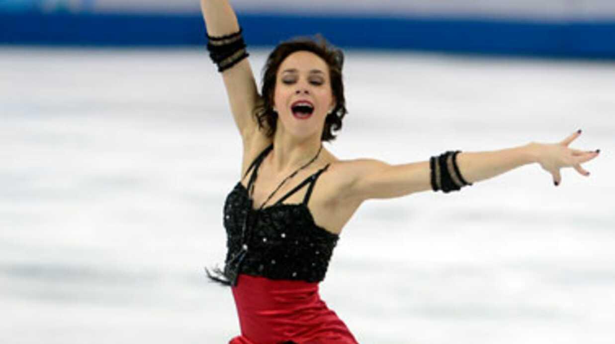 Jean Dujardin réconforte la patineuse Nathalie Péchalat au Japon