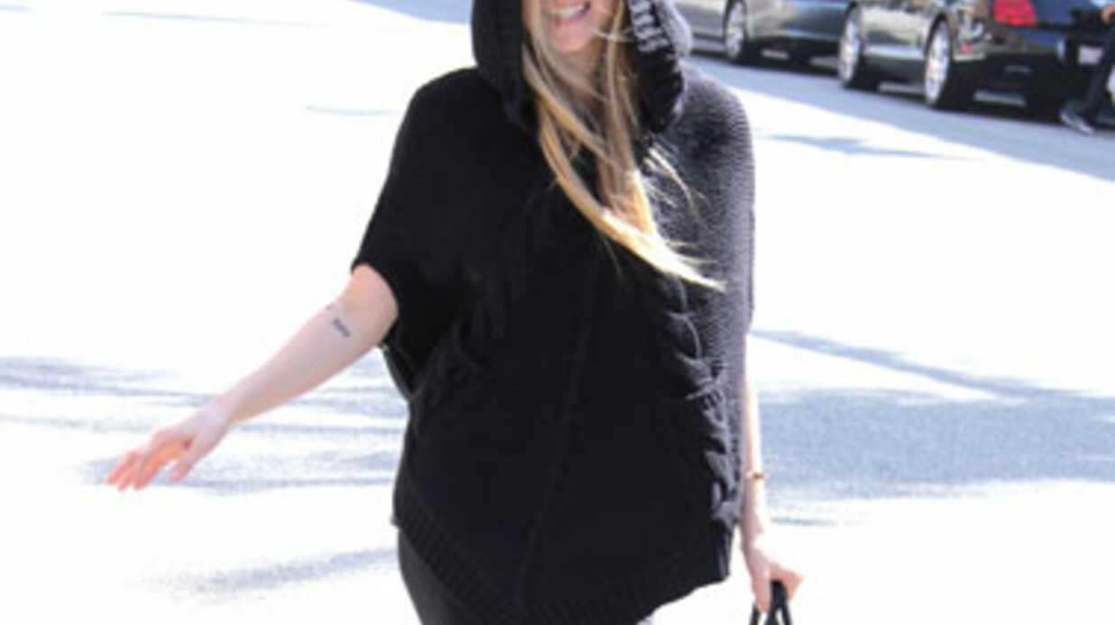 Avril Lavigne: sa pédicure obligée de porter un masque!