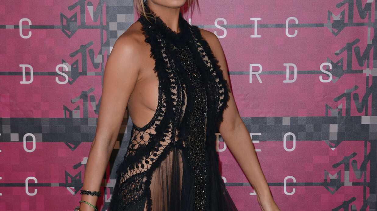 PHOTOS Chrissy Teigen ne portait pas de culotte aux MTV Video Music Awards 2015 et ça s'est vu