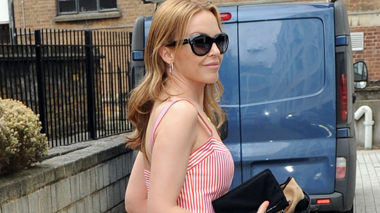 LOOK Kylie Minogue adopte les codes de l'été