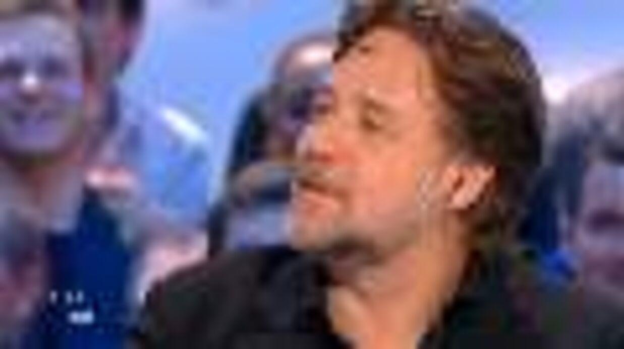 VIDEO Russell Crowe clame son amour pour Zaz, elle s'invite chez lui