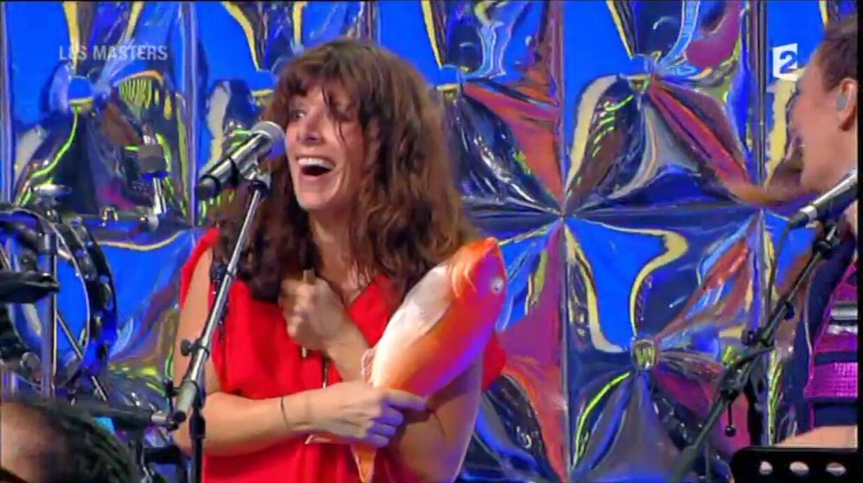 VIDEO Une choriste de N'oubliez pas les paroles dévoile sa poitrine par accident