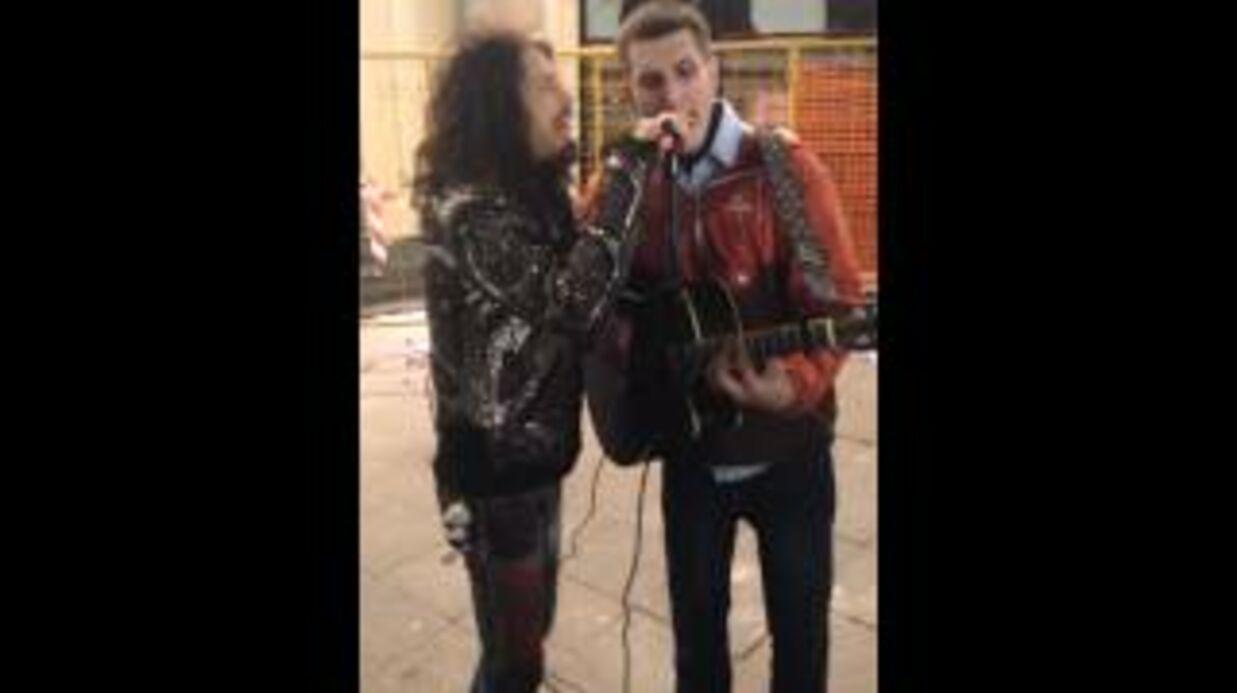 VIDEO Steven Tyler (Aerosmith) chante avec un inconnu dans la rue à Moscou
