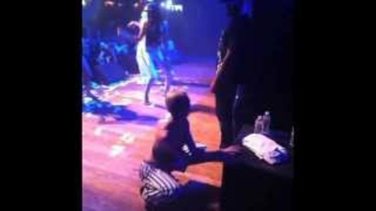 Miley Cyrus monte sur scène pour danser pendant le concert du rappeur Juicy J