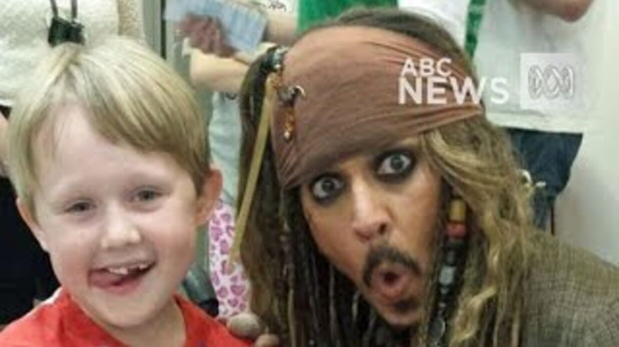 VIDEO Johnny Depp : l'acteur rend visite à des enfants malades en Jack Spar­row