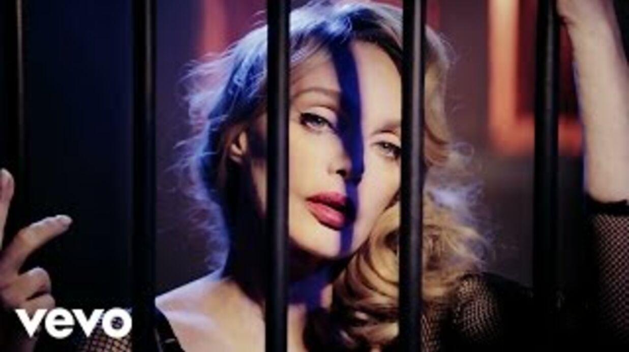 VIDEO Arielle Dombasle se la joue vamp de saloon sexy dans son dernier clip