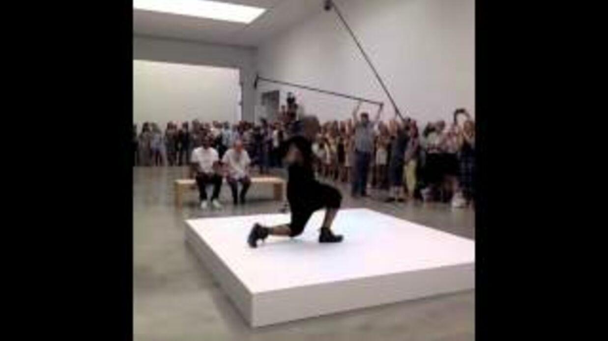 VIDEO Jay-Z se transforme en œuvre d'art vivante au MoMa