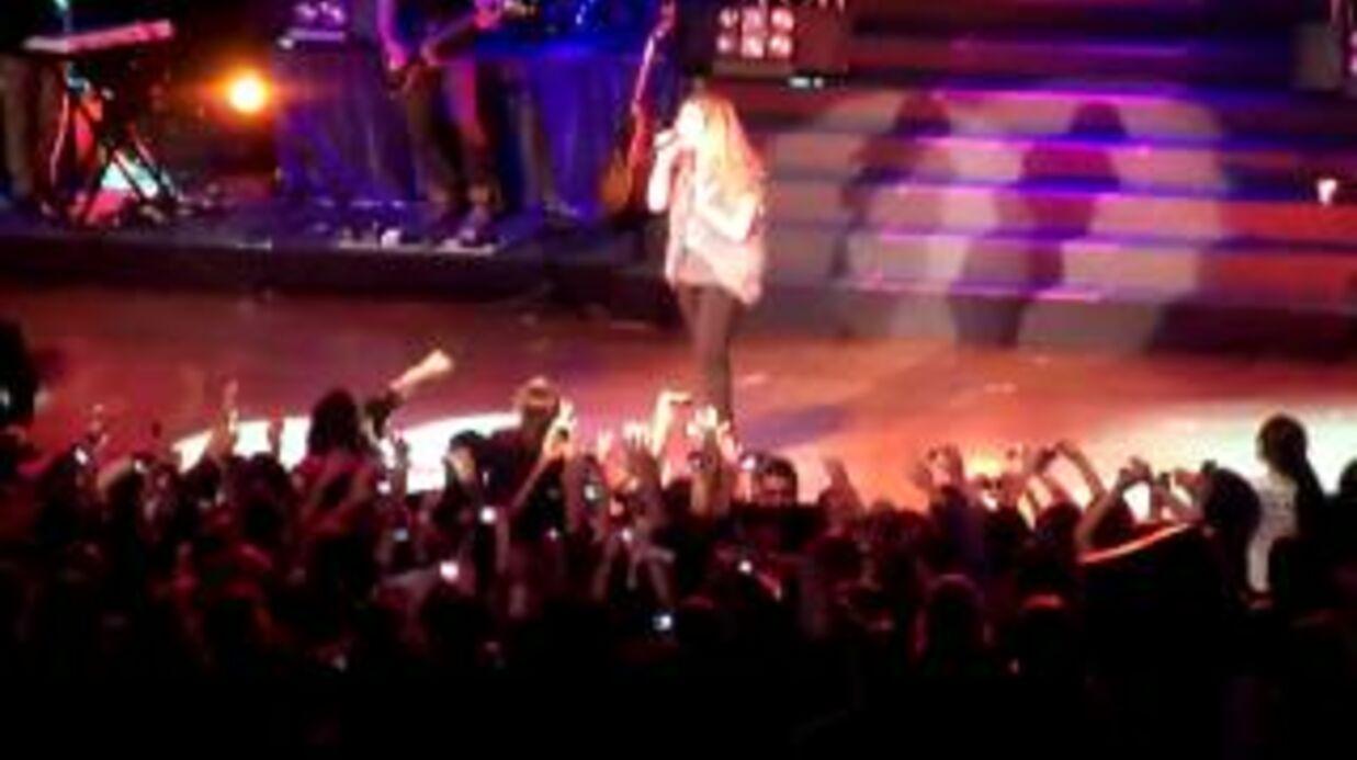 VIDEO Demi Lovato bousculée sur scène par des fans