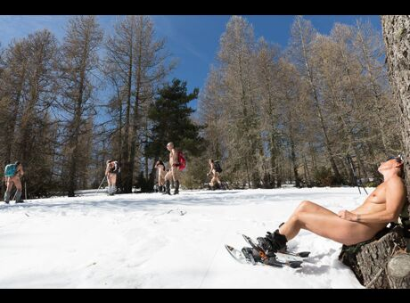 Reportage On a suivi des naturistes en raquettes à la montagne (Vidéo)