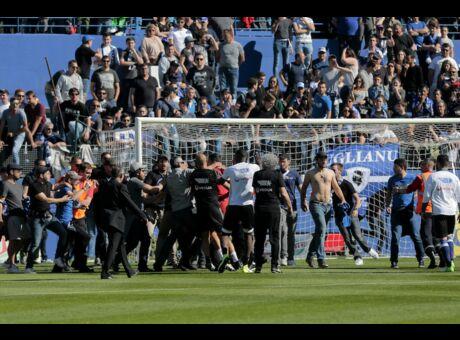 Football Le match Bastia-Lyon interrompu après de violents incidents (Vidéo)