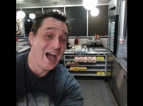Ivre Il rentre dans un fast-food à 3h du matin et se cuisine un burger (photos)