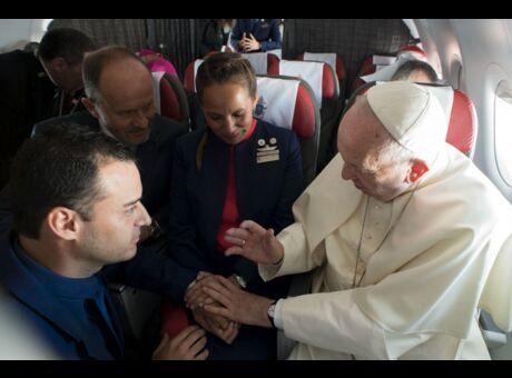 Insolite Le pape a célébré un mariage en plein vol (Photos)